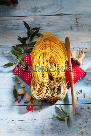 two sorts of uncooked tagliolini pasta