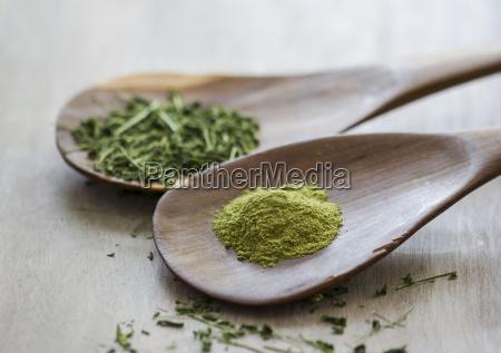 moringa oleifera powder and chopped leaves