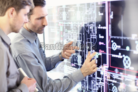 architect explain plans to colleague in