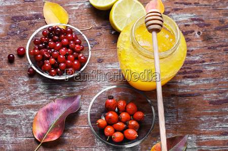 remedy from berries and honey