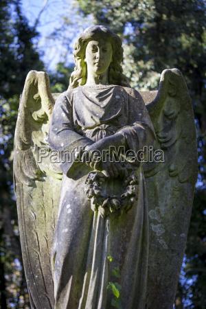 angel holding wreath highgate cemetery west