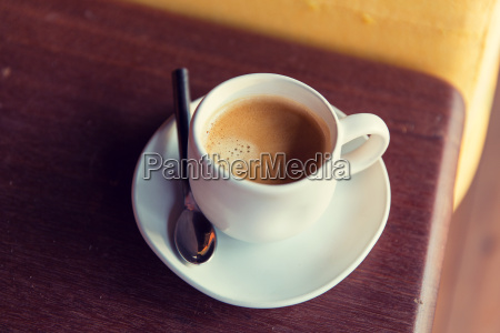 tasse schwarzen kaffee mit loeffel und