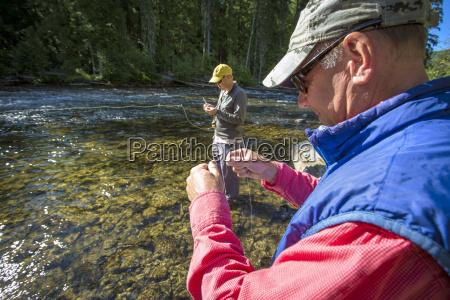 zwei maenner vorbereitung fuer das fliegenfischen