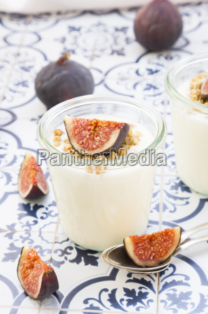 greek yogurt with granola and figs