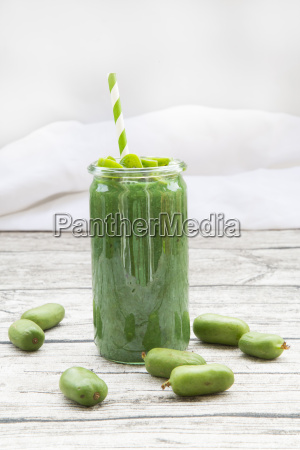 green smoothie with kiwi berry