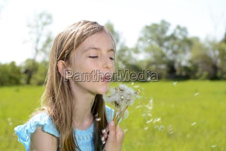 maedchen mit pusteblumen