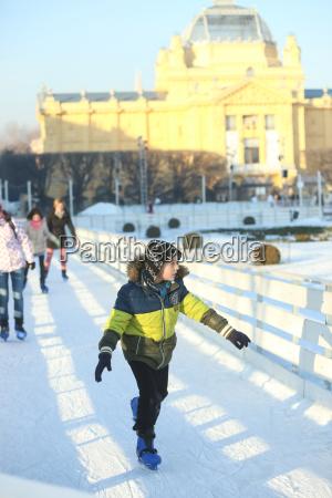 junge schlittschuhlaufen