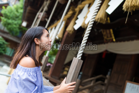 woman holding the rope in japanese