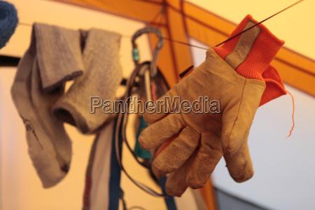 handschuhe eines bergrettungslaeufers trocknen in einem