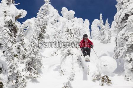 maennlicher skifahrer am whitefish mountain resort
