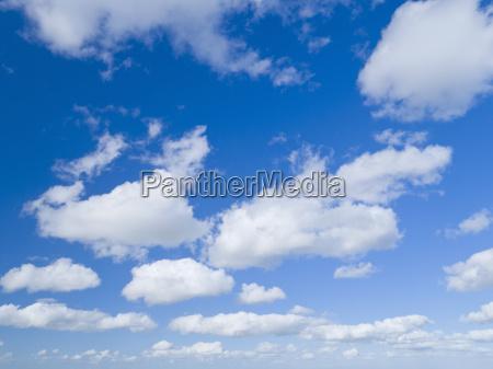 weisse wolken gegen blauen sommerhimmel