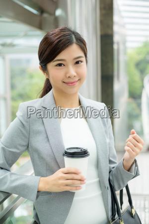 geschaeftsfrau haelt mit kaffeetasse