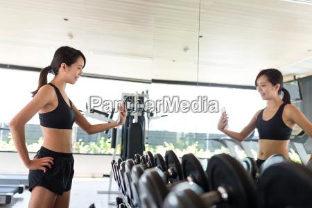 fitness fraudie selfie im gymnastikraum