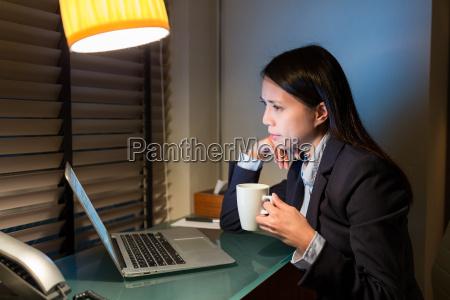 geschaeftsfraudie laptop computer und trinken kaffee