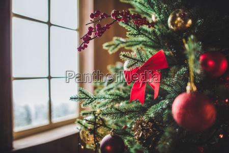 dekorationen auf weihnachtsbaum
