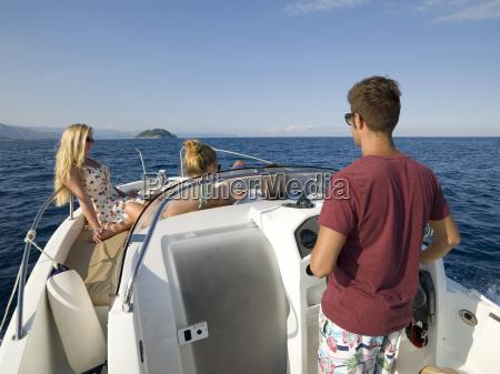 jugendliche geniessen bootsfahrt auf mittelmeer