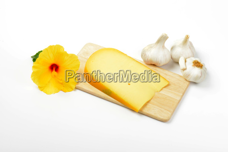 gouda cheese with garlic and hibiscus