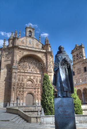 statue von francisco de vitoria im