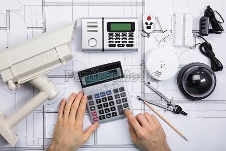 männlich, ingenieur, mit, taschenrechner, mit, sicherheitsausrüstung - 21352381